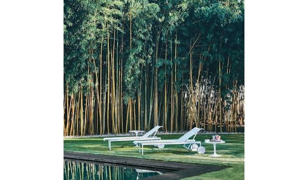 Knoll International - Saarinen Outdoor Beistelltisch - rund 51 Ø - Säulenfuß schwarz - weißer Akrylstein - 2