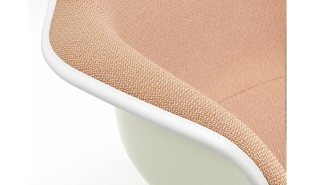 Vitra - Eames Plastic Armchair Spring Promo 2019 RAR mit Vollpolster, Holzkufen Ahorn dunkel - Credo perlmutt/schwarz 25 - 2