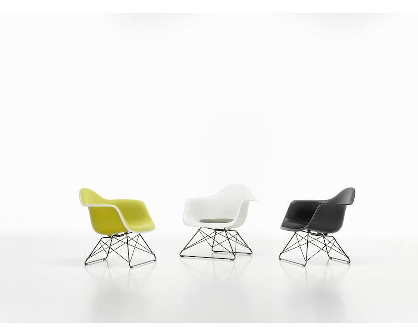 LAR Eames Plastic Armchair mit Vollpolster