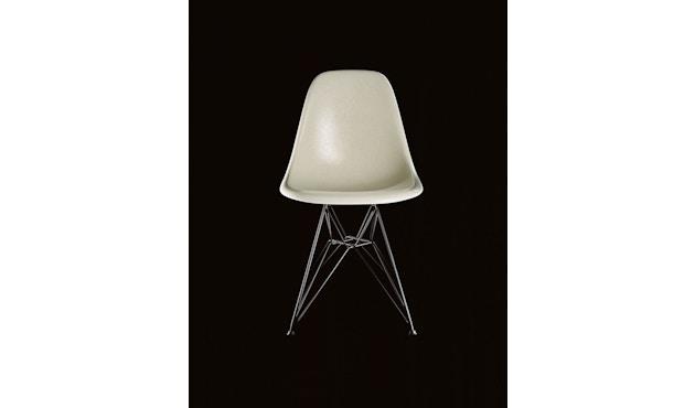 Vitra - Eames Fiberglass Side Chair DSW, Gestell Esche honigfarben, 05Filzgleiter Hartboden - 01 Eames Parchment - 1