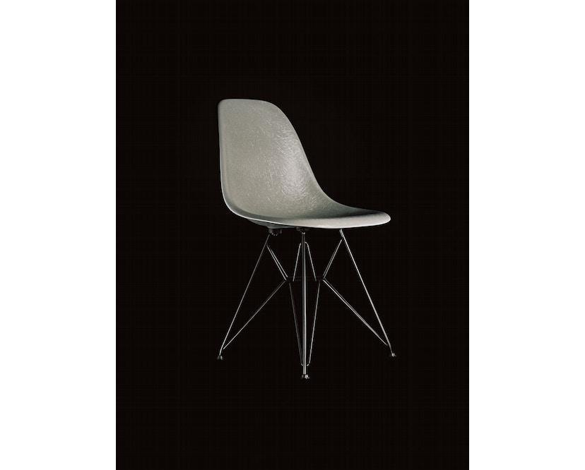 Vitra - Eames Fiberglass Side Chair DSX, Gestell 01glanzchrom, 05Filzgleiter Hartboden - 06 Eames Raw Umber - 1