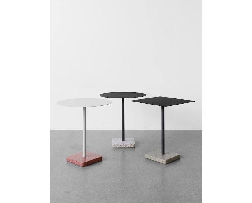 HAY - Terrazzo Gartentisch - Platte dunkelgrau - rund - Sockel grau gelb - 3