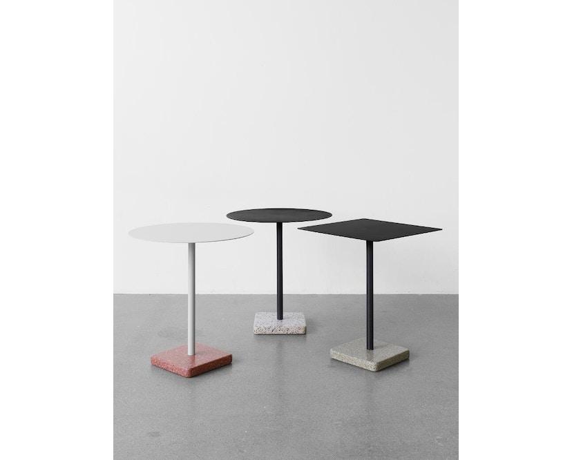 HAY - Terrazzo Gartentisch - Platte hellgrau - rund - Sockel rot - 2