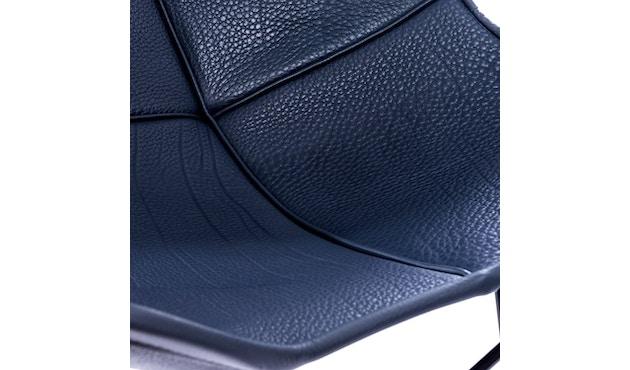 Manufakturplus - Butterfly Chair Hardoy - B.K.F. Chair Stahlrahmen weiß, Neckleder blau - 2