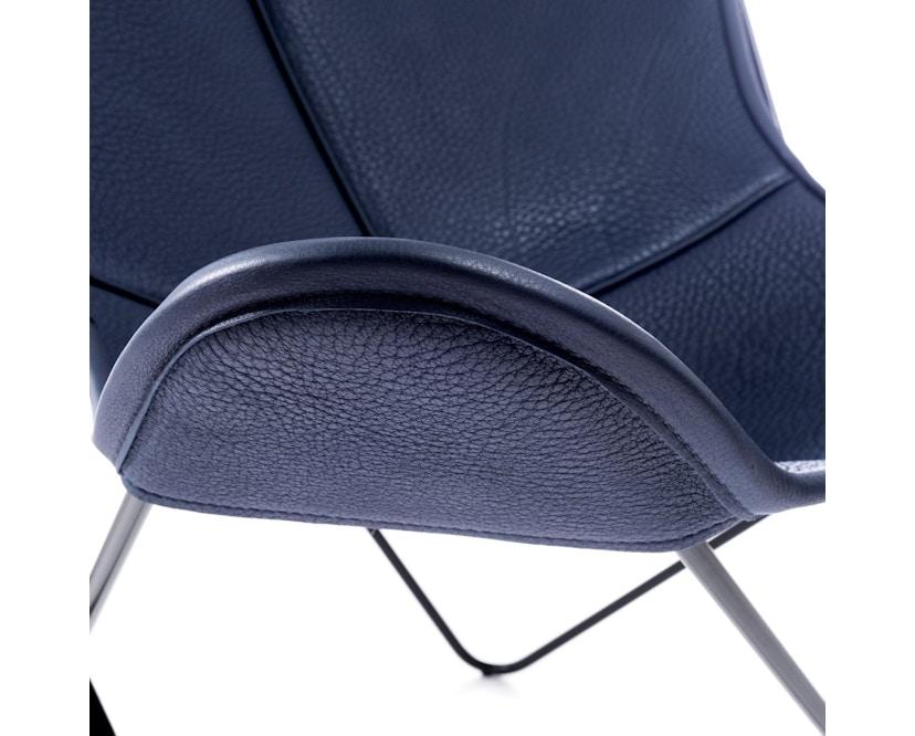 Manufakturplus - Butterfly Chair Hardoy - B.K.F. Chair Stahlrahmen weiß, Neckleder blau - 3