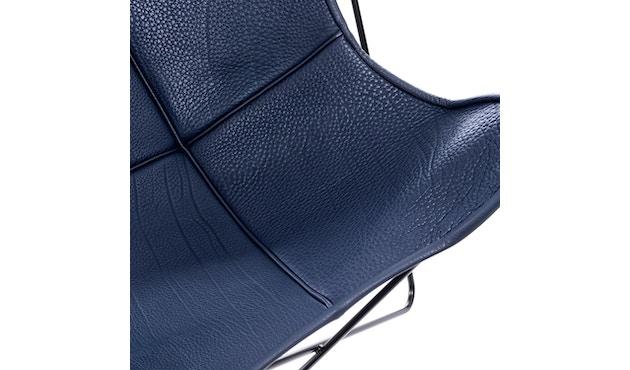 Manufakturplus - Butterfly Chair Hardoy - B.K.F. Chair Stahlrahmen weiß, Neckleder blau - 4