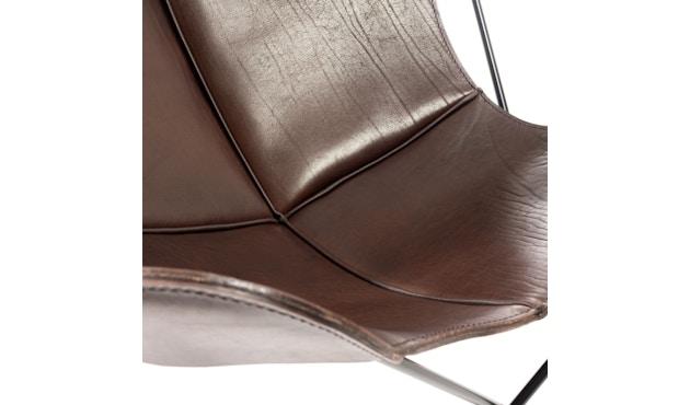 Manufakturplus - Butterfly Chair Hardoy - B.K.F. Chair Stahlrahmen weiß, Sattel-Leder braun - 3
