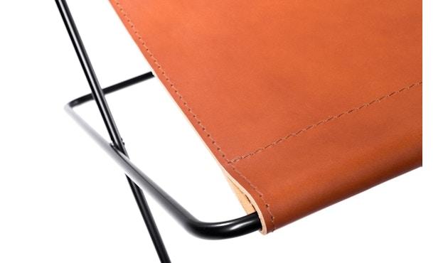 Manufakturplus - Fußteil für Hardoy Butterfly Chair - Stahlrahmen weiß, Neckleder blau - 3