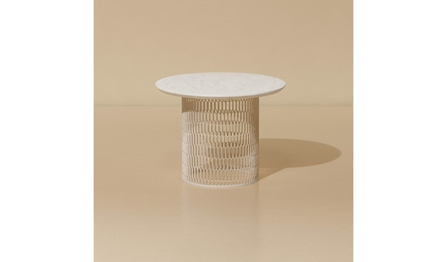 Kettal - Mesh Beistelltisch Ø 60 cm - kalkweiß - Aluminium Tischplatte - 2