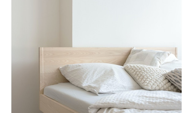 Zians Bett mit durchgehendem Bein