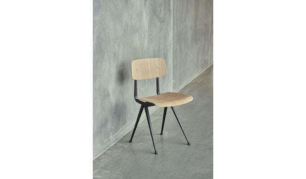 HAY - Result Stuhl - Eiche klar lackiert - Gestell schwarz mit Kunststoffgleitern - 5