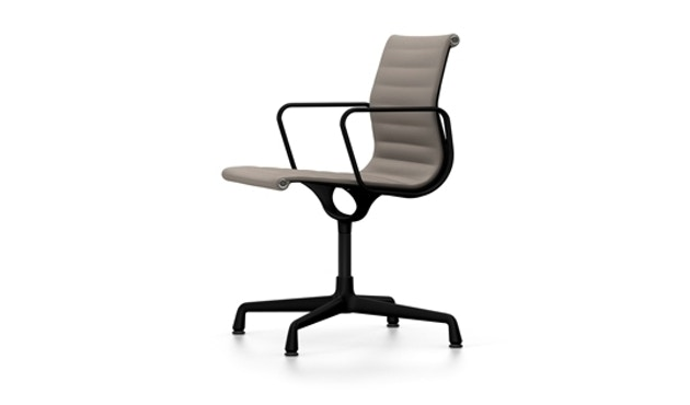 Vitra - Aluminium Chair - EA 104, Gestell beschichtet tiefschwarz, Filzgleiter Hartboden - 80 warmgrey moorbraun - 2